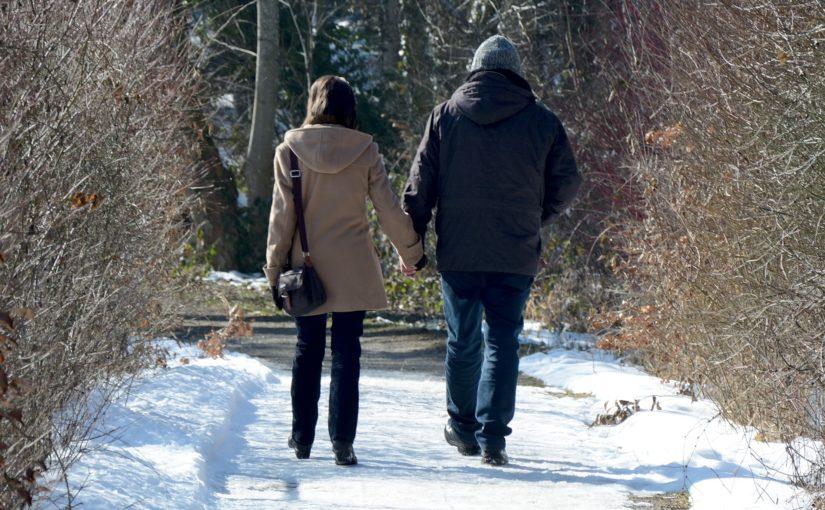 zima i oblodzony chodnik