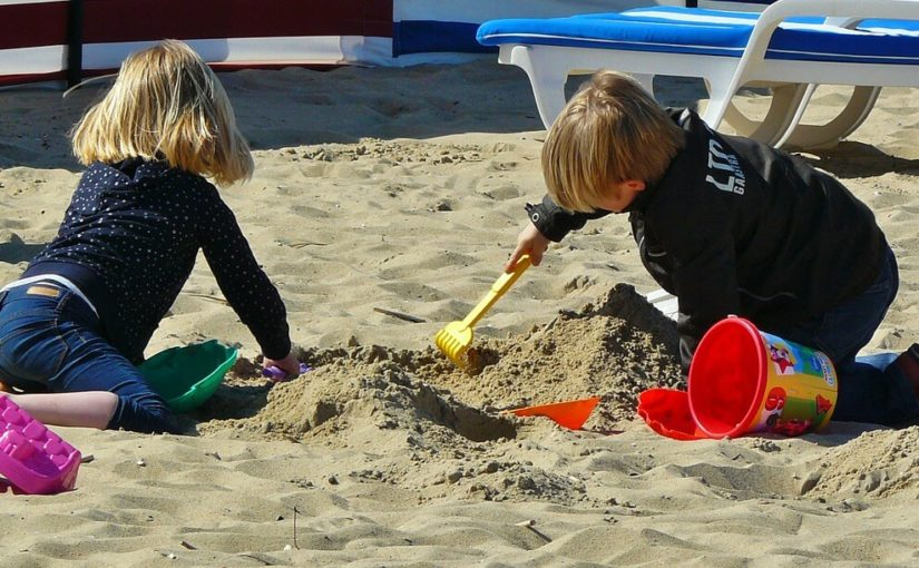 dzieci na wakacjach na plaży