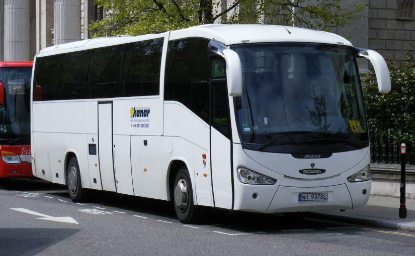 autobus jadący na kolonię
