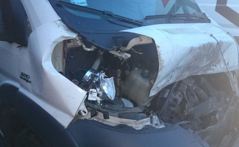 zniszczony samochód po wypadku ze zwierzyną